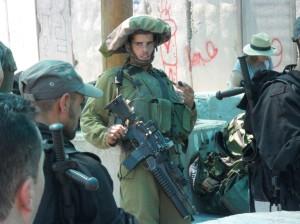 Soldado de Israel con fusil automático M16 (fabricado en los EE UU)