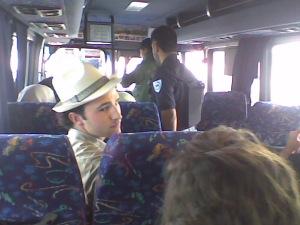 """Fuerzas israelíes inspeccionando un autobús en el check point (""""terminal"""") de Qalandiya"""